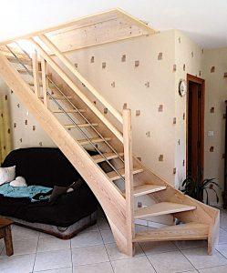 escalier balancé un quart tournant en frêne massif sans contremarche