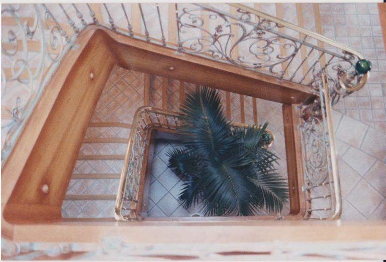 habillage d'un escalier béton avec un faux limon et marches en chêne massif