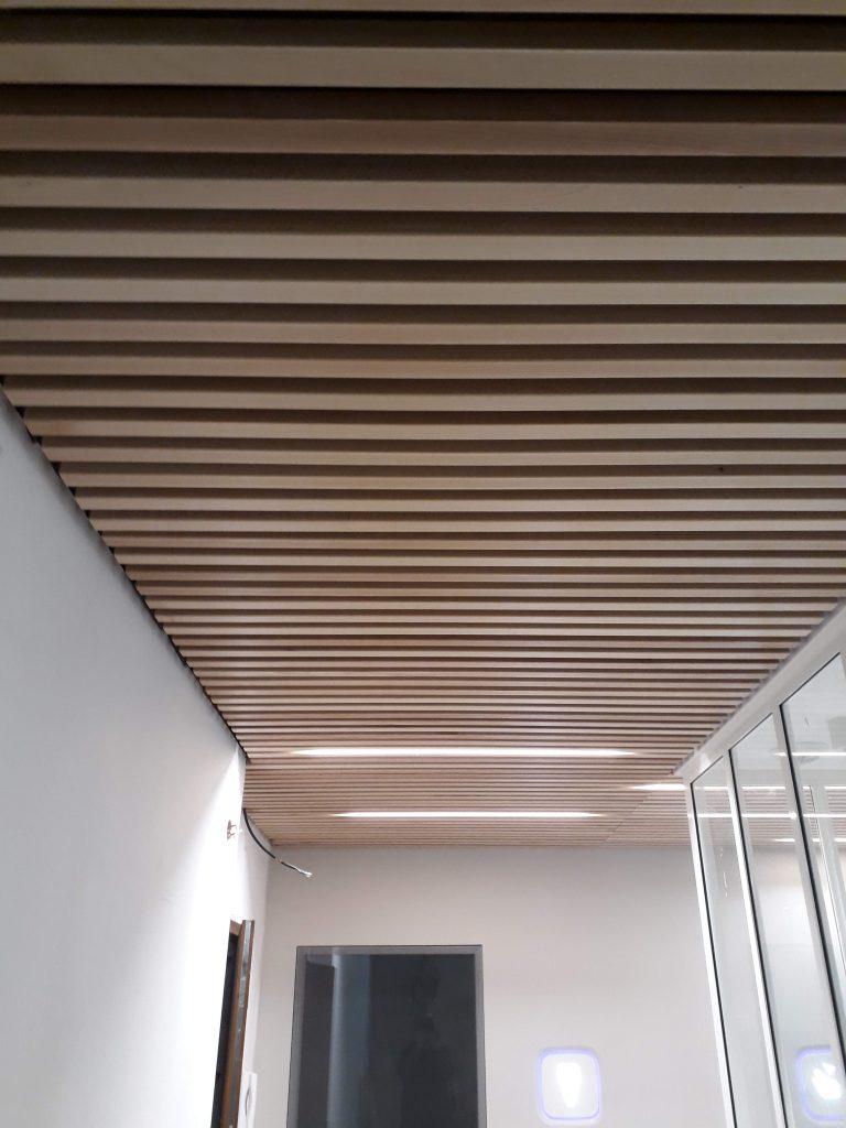 plafond en lames en hêtre