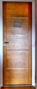 porte moderne en hêtre massif avec liseré aluminium
