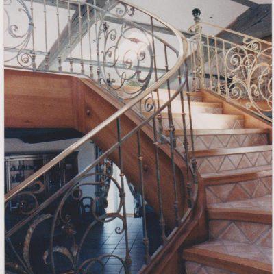 habillage d'un escalier béton pour recouvrir avec un faux limon bois et un nez de marches en chêne massif